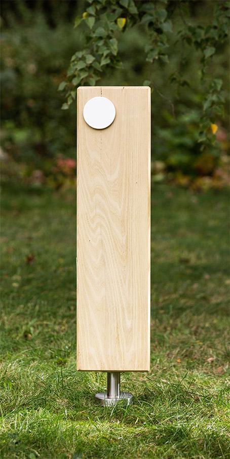 S1.KF.5 Grabmal aus Holz – Holzblock als Stele mit flachem kleinem Emailleschild
