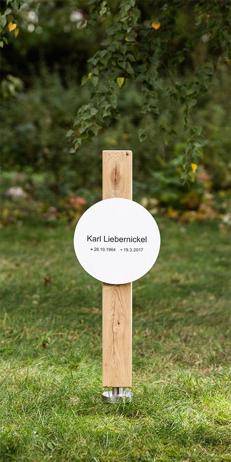 S2.KF.3 Holzgrabmal – Holzstele mit quadratischem Querschnitt und rundem Emailleschild
