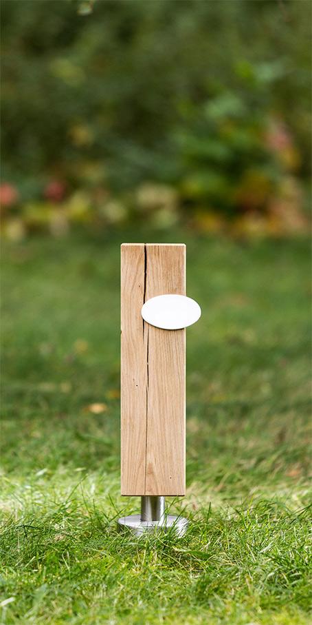 S3.OF.1 Urnengrabmal als Stele aus Holz und ovaler Emailletafel – Einzelgrab