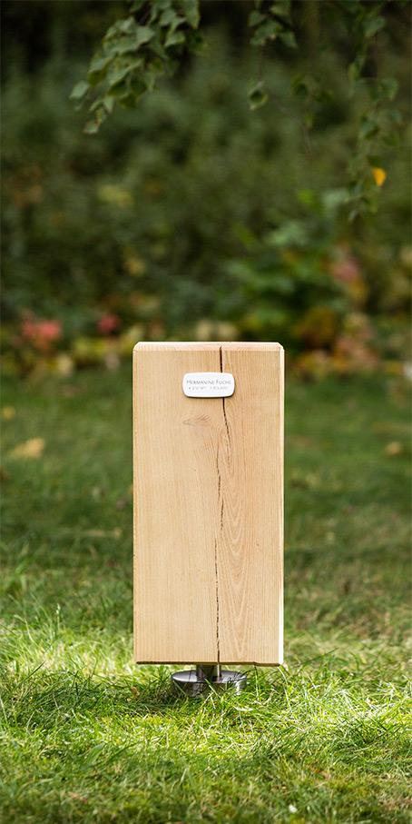 S6.RF.5 Holzblock als Urnengrabmal mit kleiner Emailletafel für Einzelgrabstellen
