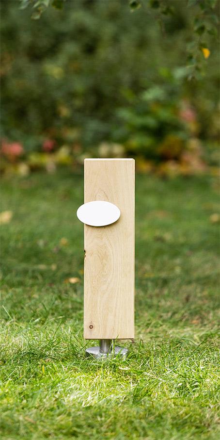 S7.OF.1 Holzgrabmal als Stele mit ovalem Emailleschild für Einzelgräber