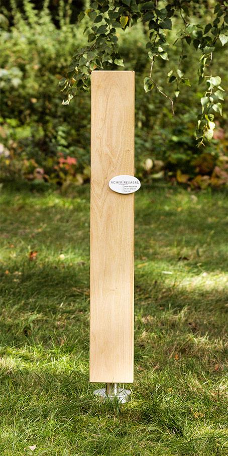 S8.OF.1 Grabmal aus Holz – lange schlichte Stele mit ovaler Emaille als Einzelgrabmal