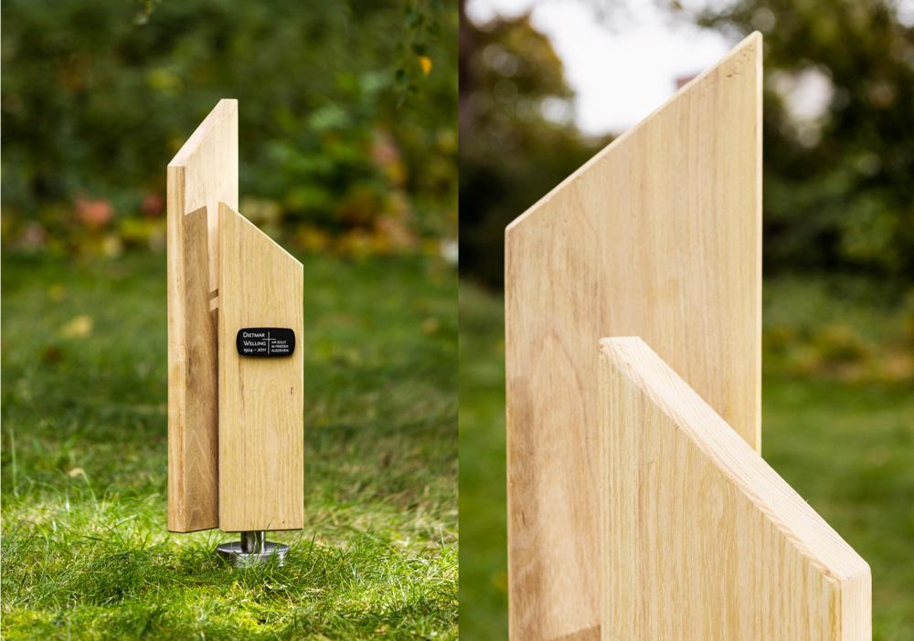 modernes Stelengrabmal aus Holz mit Grabschild aus Emaille